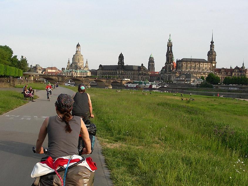 Fahrradwanderer vor Dresdener Stadtsilhouette