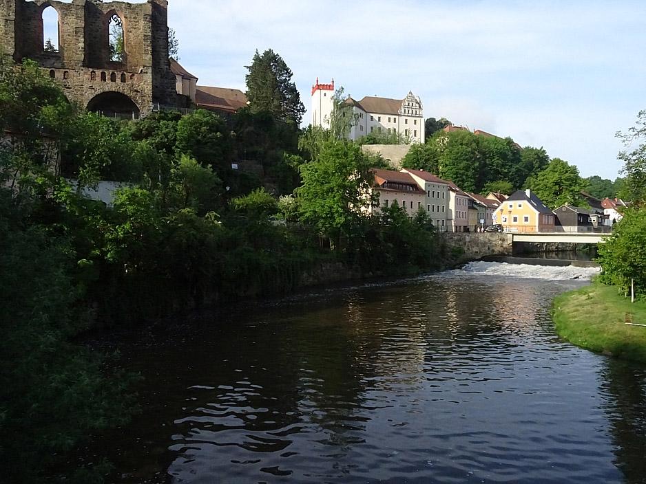Historisches Stadtbild vor einem Fluss