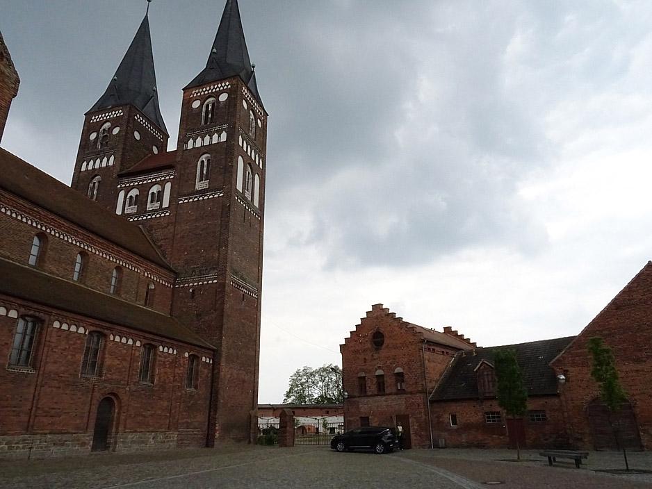 backsteinkirche mit zwei Türmen