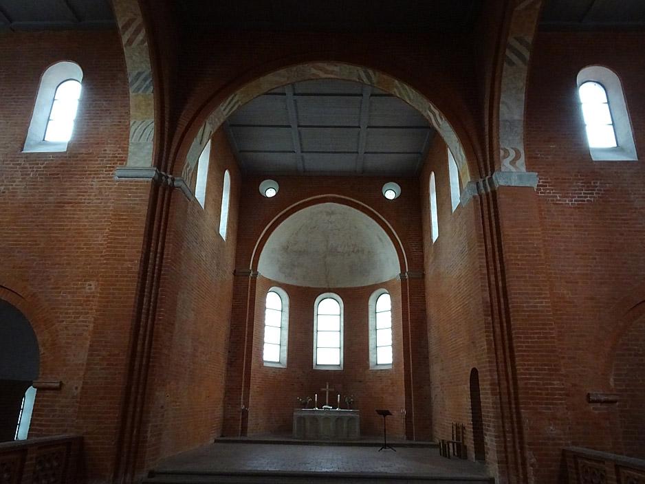 Innenraum einer schlichten Backsteinkirche