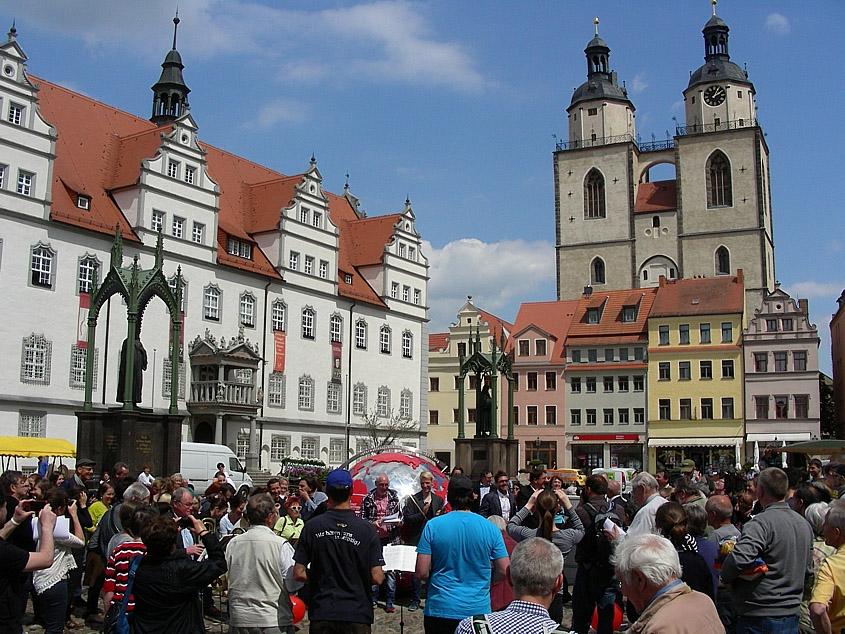 Belebter Marktplatz und Predigerkirche