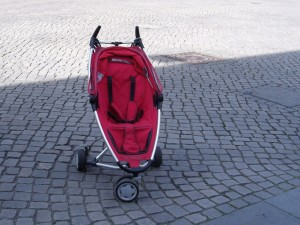 Roter Buggy ohne Kind
