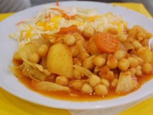 Teller mit indischen Curry-Gericht