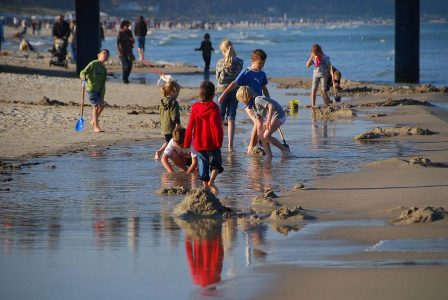 Endlich Sommerferien Spielende Kinder an einem Pril