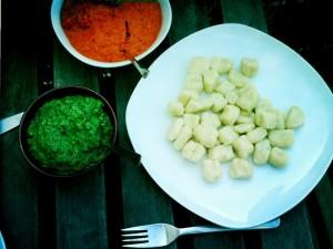Ohne Zusatzstoffe Teller mit Gnocchi und Pesto