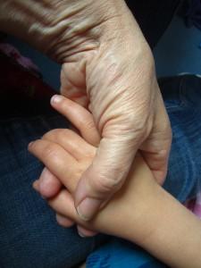 Alte hand hält junge Hand