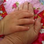 Eine junge und eine alte Hand