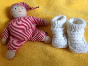 Babyschuhe und Hampelmann
