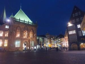 Rathaus und Marktplatz bei Nacht