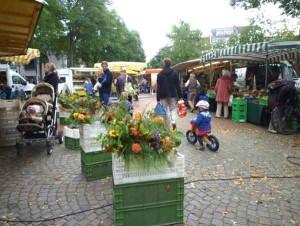 Nachhaltigkeit, Ohne Zusatzstoffe : Marktszene mit Blumen und Kind