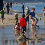 Endlich Sommerferien Spielende Kinder in einem Pril