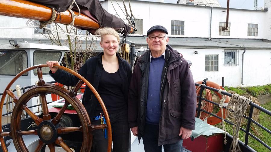 """Jugend-Schiffprojekt """"Verandering""""; Eine Frau und ein Mann am Steuerrad"""