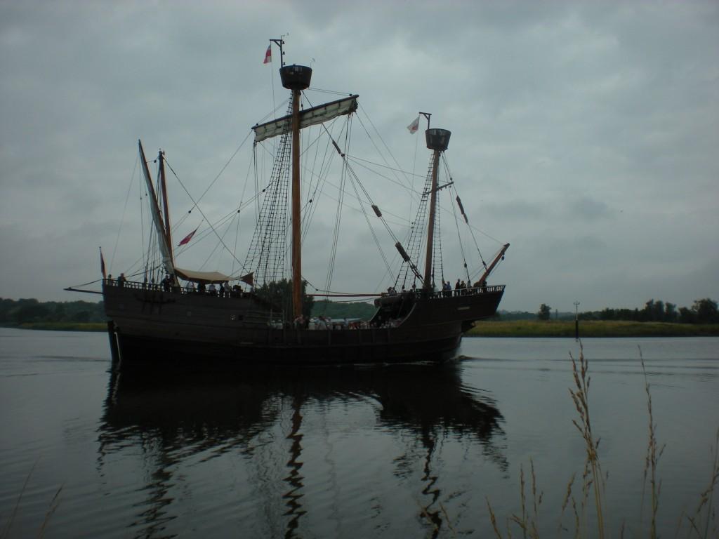 Segelschiff vor grauem Himmel