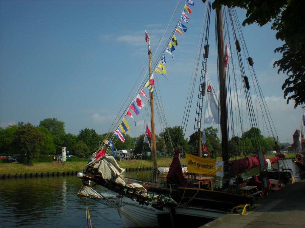 Segelschiff mit bunten Fähnchen