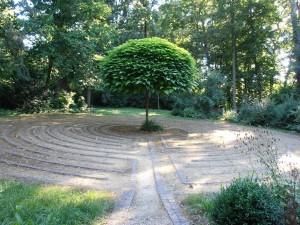 Baum in einem Kreis von Pflastersteinen