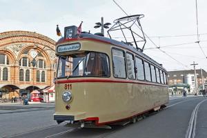 Sambawagen Eine historische Straßenbahn vor dem Bremer Bahnhof