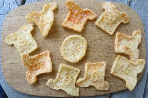 Chips in Form von Fussballtrikots