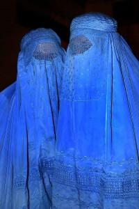 Zwei Frauen in blauen Burkas