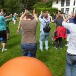 Bewegungstag für ältere Menschen, Personen beim Sport auf dem Rasen