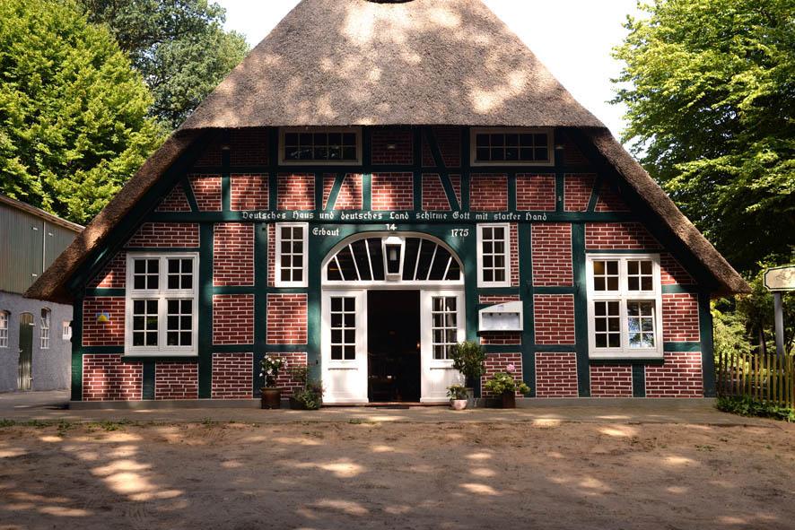 Bruns Garten in der Bremer Schweiz, Reedgedecktes Fachwerkhaus