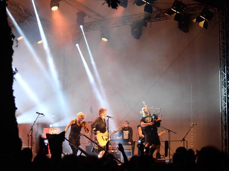 Eine Band auf der Bühne