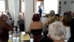 Bewegungstag für ältere Menschen, Viele Personen lauschen einem Vortragenden