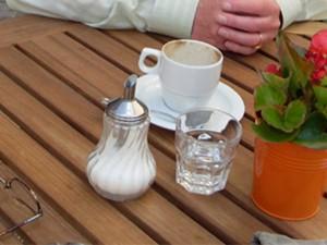 Café im Clüverhaus, Kaffeetasse mit Zuckerstreuer