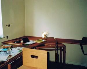 Leerer Schreibtisch und Umzugskartons