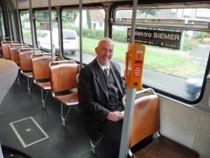 Mann in der Straßenbahn