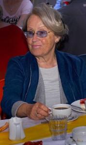 Frau an einer Kaffeetafel