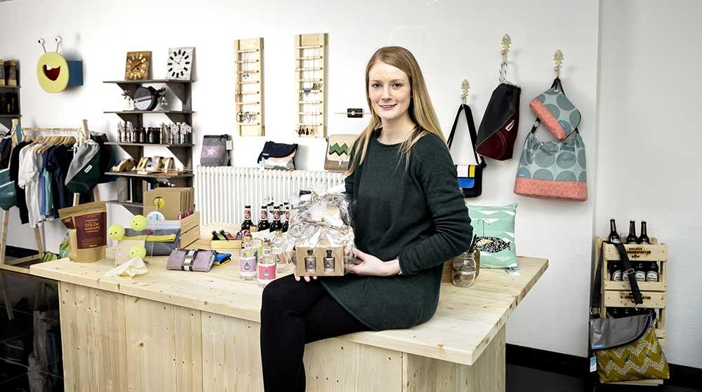 Junge Frau auf einem Verkaufstresen
