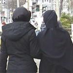 Zwei Frauen mit Kopftuch in Rückenansicht