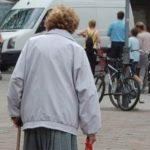 alte Frau mit Stock