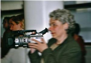 Ältere Frau mit Video-Kamera