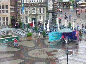 Blick auf Marktplatz und Cafés im Regen