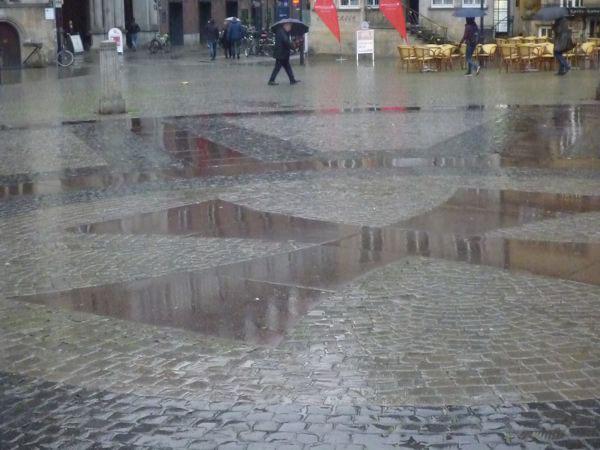 schlechtes Wetter ,Pflaster des Bremer Marktplates im Regen