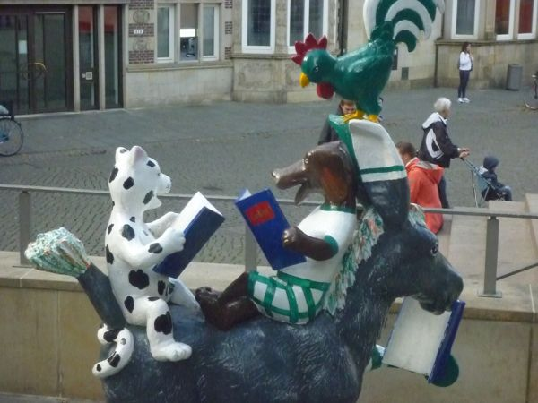 Skulptur mit lesenden Stadtmusikanten