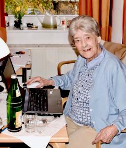 Alte Dame am Laptop