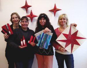 Weihnachten etwas Schickes fürs Büro Vier frauen mit Patchworkprodukten