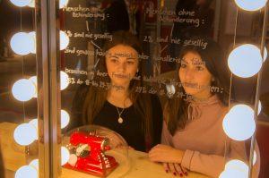 Zwei junge Frauen vor einem Spiegel