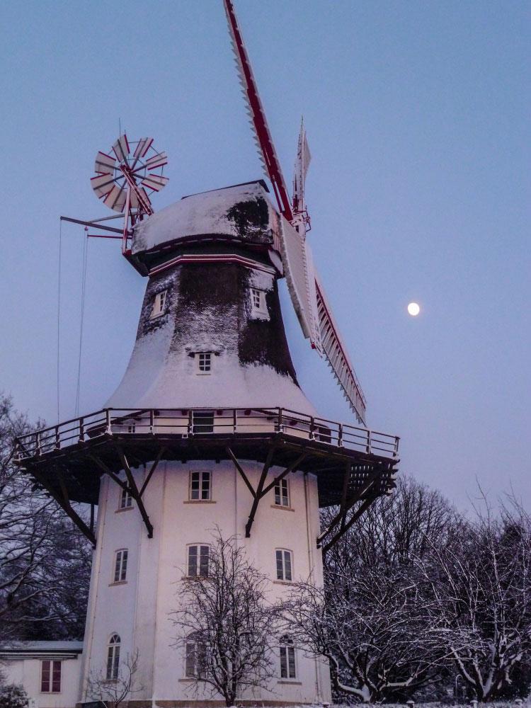 Mühle vor Abendhimmel im Winter
