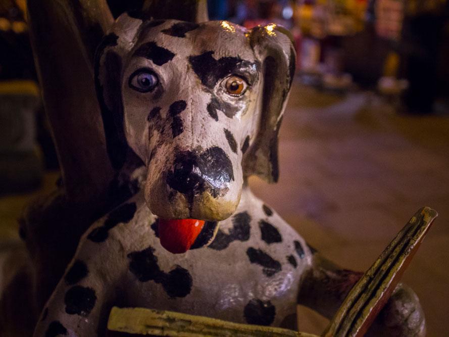 Skulptur Ausschnitt: Lesender Hund