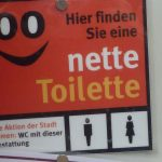 Keine Toilette ? Schild mit der Aufschrift: Nette Toilette