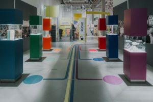 Eingangsbereich mit Führungslinien auf dem Boden