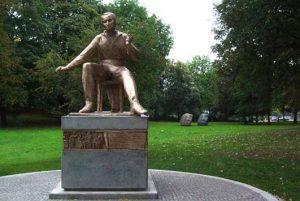 sitzende Bronzestatue