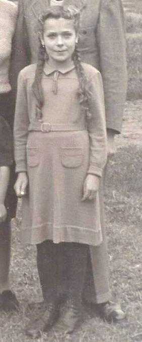 Mädchen mit Zöpfen ca. 1946