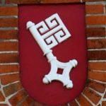 Bremer Schlüssel als Relief in einer Backsteinfassade
