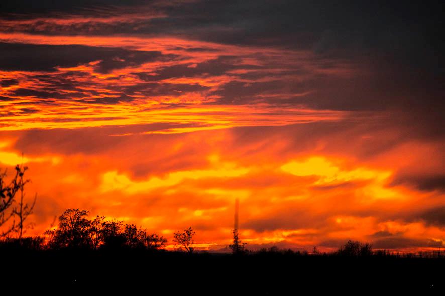 Orange-roter Himmel mit Wolken