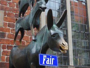 Stadtmusikanten mit Schild auf dem fair steht