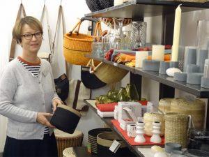 Weltladen Bremen Frau vor einem Verkaufsregal